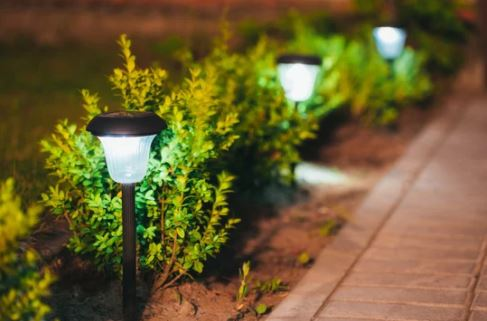 Đèn chiếu cho bãi cỏ dùng năng lượng mặt trời